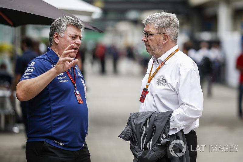 Otmar Szafnauer, Sahara Force India Formula One Team Director de operaciones y Ross Brawn, Formula O