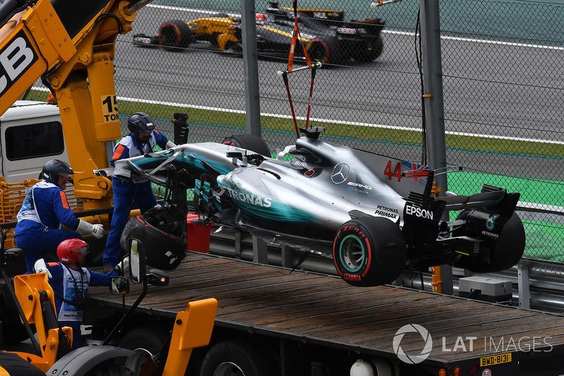La monoposto incidentata di Lewis Hamilton, Mercedes-Benz F1 W08 viene recuperata in Q1
