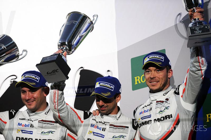 Podio: al terzo posto Neel Jani, Andre Lotterer, Nick Tandy, Porsche Team