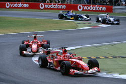 Rubens Barrichello, Ferrari F2004 devant Michael Schumacher, Ferrari F2004