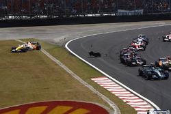 Rubens Barrichello, Honda RA107, precede Giancarlo Fisichella, Renault R27, Sebastian Vettel, Toro R