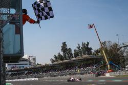 Esteban Ocon, Sahara Force India VJM10, passe sous le drapeau à damier