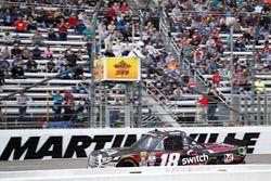 Noah Gragson, Kyle Busch Motorsports Toyota se lleva la bandera a cuadros