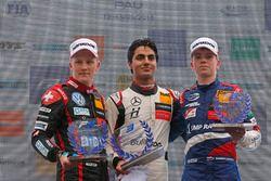 Un podium de débutants : Le vainqueur Enaam Ahmed, Hitech Bullfrog GP Dallara F317 - Mercedes-Benz, le deuxième Fabio Scherer, Motopark Dallara F317 - Volkswagen, le troisième Robert Shwartzman, PREMA Theodore Racing Dallara F317 - Mercedes-Benz