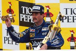 Yarış galibi Nigel Mansell, Williams yarıştan önceki futbol maçında bileğini burktuktan sonra podyumda