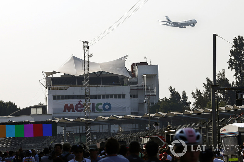 A low-flying Air France aircraft passes close to the circuit