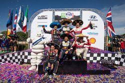 Podium: Winnaars Sébastien Ogier, Julien Ingrassia, M-Sport Ford WRT Ford Fiesta WRC, tweede Dani So