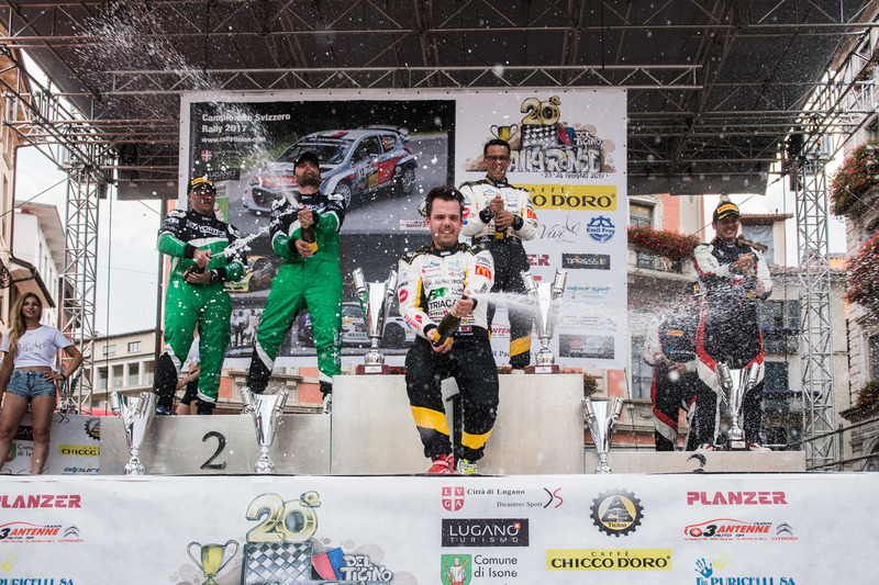 Kevin Gilardoni auf dem Podium, Rally Ronde del Ticino