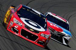 Kyle Larson, Chip Ganassi Racing Chevrolet, Kyle Busch, Joe Gibbs Racing Toyota
