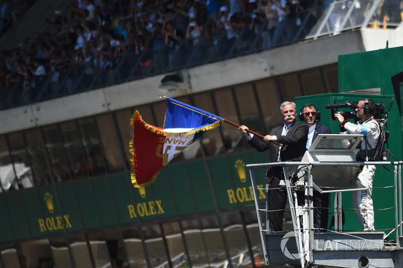 Чейз Кері відмашкою прапором Франції дав старт гонки