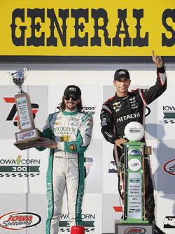 Podium: Racewinnaar Helio Castroneves, Team Penske Chevrolet, tweede plaats J.R. Hildebrand, Ed Carp