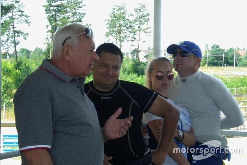 Директор гонки Леонід Леонов, Олександр Гальвес, Ігор Скуз з донькою
