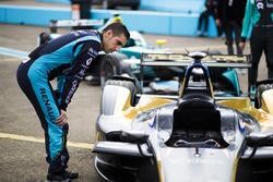 Sébastien Buemi, Renault e.Dams, inspecciona el coche de Jean Eric Vergne, Techeetah.