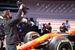Оператор снимает McLaren MCL32