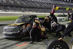 Myatt Snider, Kyle Busch Motorsports Toyota, fa un pit stop