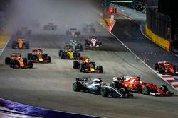 Sebastian Vettel, Ferrari SF70H, Max Verstappen, Red Bull Racing RB13, Kimi Raikkonen, Ferrari SF70H, se percutent alors que Lewis Hamilton, Mercedes AMG F1 W08, passe à travers