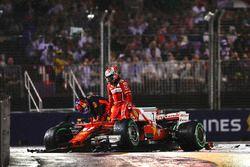 Kimi Raikkonen, Ferrari SF70H, Max Verstappen, Red Bull Racing RB13, salen de sus autos después del choque