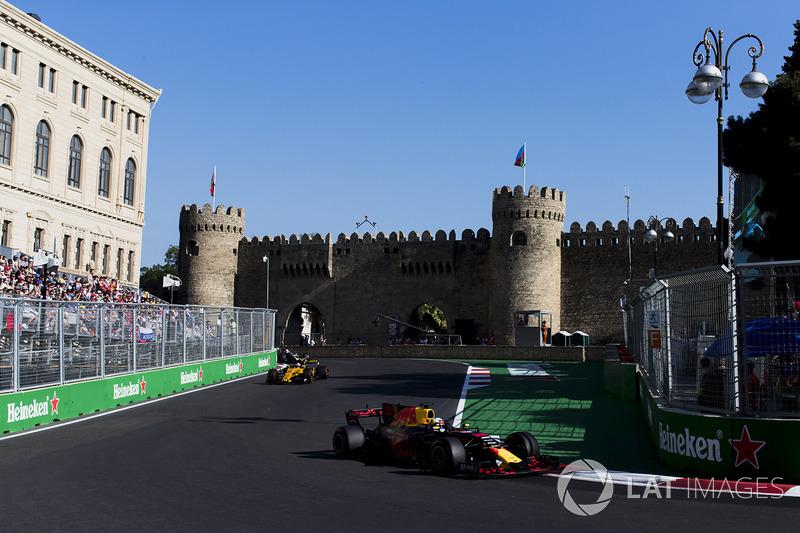 Daniel Ricciardo, Red Bull Racing RB13, Nico Hulkenberg, Renault Sport F1 Team RS17
