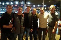 Stoffel Vandoorne met leden van zijn fanclub bij Worldkarts in Kortrijk