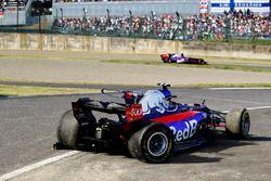 Pierre Gasly, Scuderia Toro Rosso STR12, passes the crashed car of Carlos Sainz Jr., Scuderia Toro R