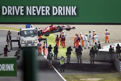 La voiture endommagée de Kimi Raikkonen, Ferrari SF70H est ramenée par les commissaires