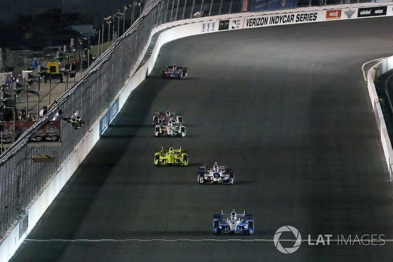 Josef Newgarden, Team Penske Chevrolet se lleva la bandera a cuadros