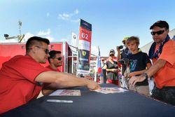 #62 Risi Competizione Ferrari 488 GTE: Giancarlo Fisichella, Toni Vilander sign autographs for fans