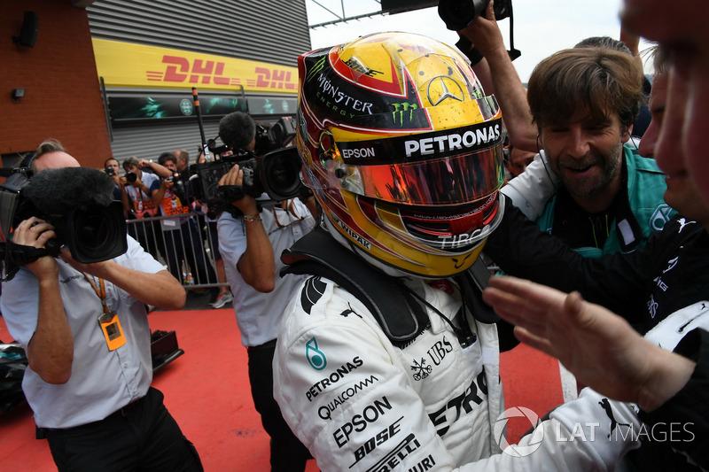 Il vincitore della gara Lewis Hamilton, Mercedes AMG F1 festeggia con il the team nel parco chiuso