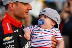Ganador de la pole Will Power, Team Penske Chevrolet y su hijo Beau