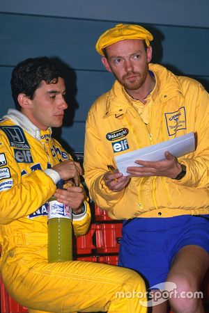 Ayrton Senna, Team Lotus, praat met race engineer Steve Hallam