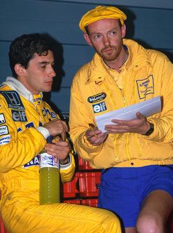 Ayrton Senna, Team Lotus, conversa con el ingeniero Steve Hallam de la raza