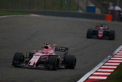 Esteban Ocon, Force India VJM10; Kevin Magnussen, Haas F1 Team VF-17