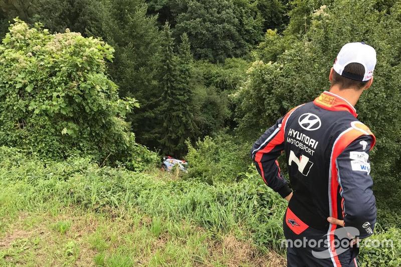 Dani Sordo mira su Hyundai i20 WRC