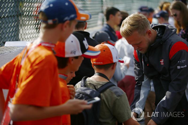 Kevin Magnussen, Haas F1 Team, firma autografi ai fan