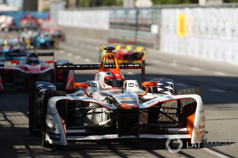 Loic Duval, Dragon Racing, precede Nick Heidfeld, Mahindra Racing