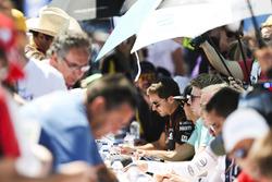 Oliver Turvey, NEXTEV TCR Formula E Team, signe des autographes