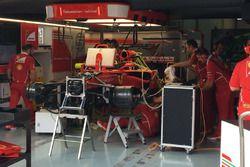 Cambio del motore sulla monoposto di Sebastian Vettel, Ferrari SF70H