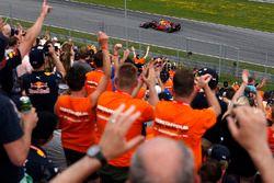 Max Verstappen, Red Bull Racing RB13 rijdt langs zijn fans