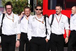 Andrew Shovlin, ingénieur de course en chef Mercedes AMG F1 avec des membres haut placés de Mercedes AMG F1