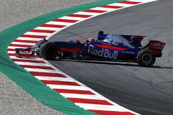 Daniil Kvyat, Scuderia Toro Rosso STR12 spins into the gravel
