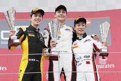 Подиум: победитель Джордж Расселл, второе место – Джек Эйткен, третье место – Ниреи Фукузуми, ART Grand Prix