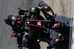 Romain Grosjean, Haas F1 Team, est ramené au garage par les mécaniciens