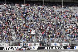 Kyle Busch, Joe Gibbs Racing Toyota toma la bandera a cuadros y la victoria