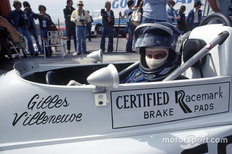 Gilles Villeneuve, March 76B-Ford BDA, zit met de helm op in zijn wagen