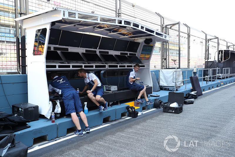 I meccanici Williams preparano il muretto box