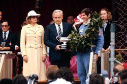 Podio: el ganador de la carrera Jody Scheckter, Wolf WR1 con el Príncipe Rainiero y la Princesa Grac