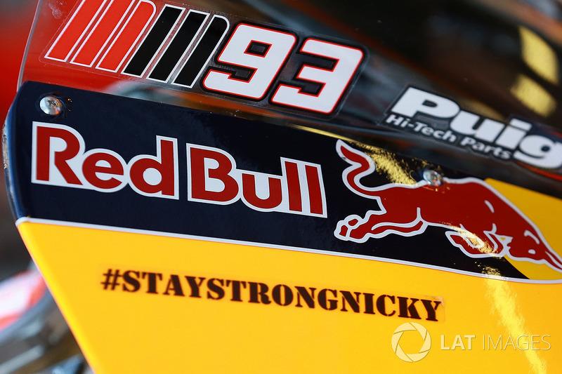 Por fim, uma homenagem. A Honda lembrou Nicky Hayden com um adesivo em suas motos: #StayStrongNicky.