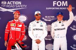 Ganador de la pole Lewis Hamilton, Mercedes AMG F1, segundo puesto, Sebastian Vettel, Ferrari, tercero Valtteri Bottas, Mercedes AMG F1