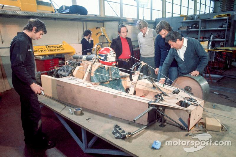 Работа над моделью будущего автомобиля Ф1. В сером свитере – Жан-Пьер Жабуй
