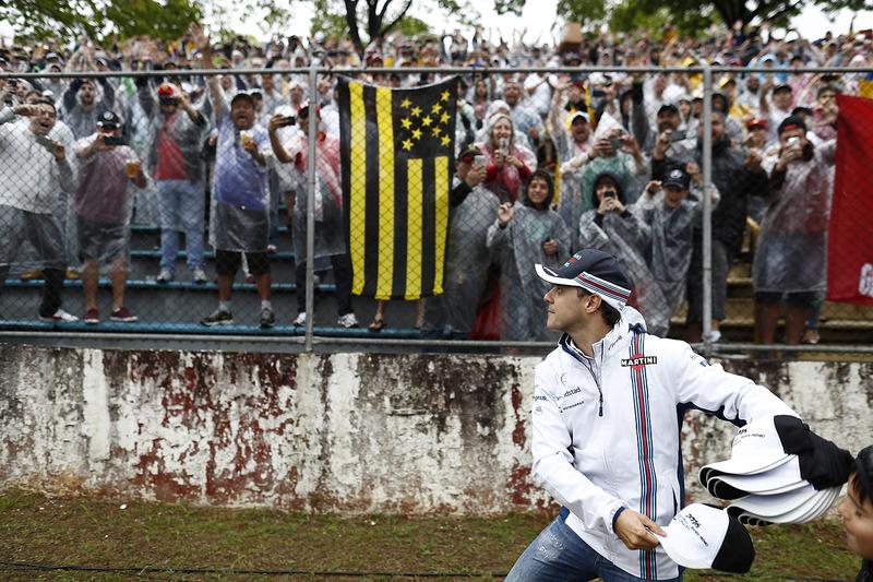 Фелипе Масса бросает болельщикам кепки перед гонкой